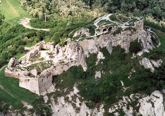 Az ekkor már állami tulajdonban álló vár régészeti feltárása 1965-ben kezdődött meg. Az elmúlt évtizedekben megerősítették a falait, megtisztították a föld alatti folyosókat, a közelmúltban pedig újabb nagyszabású felújítási projektet hajtottak végre a vár területén. Itt nézhetsz meg képeket arról, miként egészült ki a vár a felújítás során!