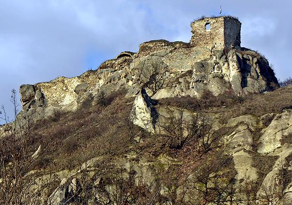 A Mátra keleti szélén található Sirok meghatározó látnivalója a falu fölötti, 296 méteres hegyen álló vár, mely a 13. században épült egy korábbi, pogány földvár helyén.