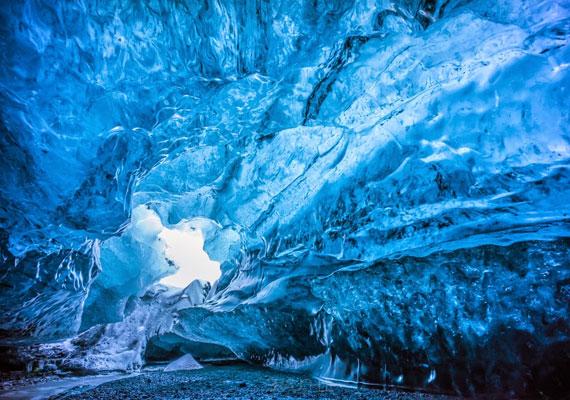 A gleccser mozgásának hatására úgynevezett függőleges cerracok keletkeznek, mely jelenség hatására közvetlen fény jut a barlangba, megvilágítva a káprázatos jégalagutat.