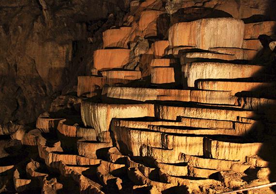 A barlangrendszer archeológiai szempontból is jelentős, több ezer éves leleteket hoztak a felszínre kutatók, némelyik közülük azt bizonyítja, hogy éltek odalent emberek, illetve vallási, rituális szempontból is fontos helynek számított, mely a halálkultusszal is kapcsolatban állt. Az sem lehet véletlen továbbá, hogy egyes források szerint Dante is a barlangról mintázta a pokol kapuját.