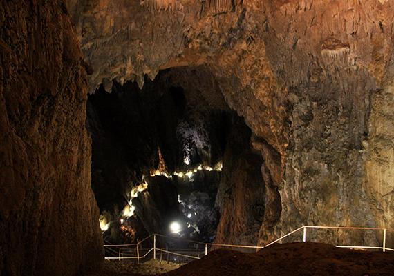 A barlangrendszer az év minden napján látogatható, vezetett túrák indulnak a mélybe, érdemes azonban felkészülten érkezni, melegen felöltözni - odalent csupán 12 Celsius-fok van -, valamint sportos lábbelit, túracipőt, bakancsot húzni. A vezetett túrák időtartama körülbelül másfél óra.