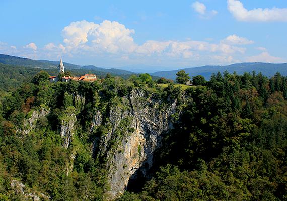 A barlangrendszer Škocjan településéről kapta a nevét, melynek környezete legalább olyan festői, mint amennyire ijesztő, a kis falu ugyanis egy hatalmas szakadék fölött fekszik, amely tulajdonképpen a legmélyebb szakadéktöbör, vagyis karsztos mélyedés Európában.