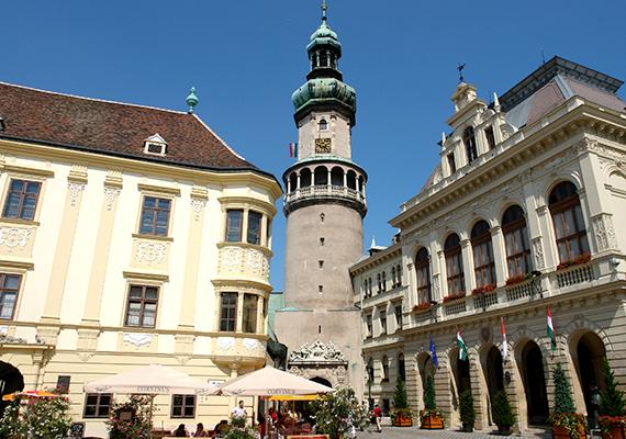 A Fő téren álló, 58 méter magas, 13. századi Tűztorony a város jelképének számít. A képen tőle jobbra a híres Városháza, balra pedig a palotaszerű Storno-ház látható, ahol egykor Liszt Ferenc is koncertet adott.