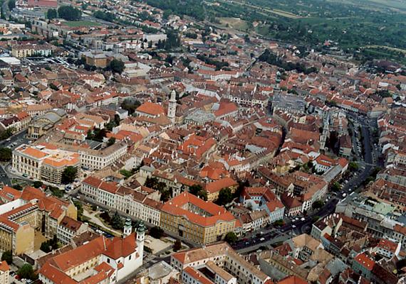 A légifelvételen Sopron belvárosa látható. A nyugati határ mellett fekvő település leginkább a hűség városaként ismert - Civitas Fidelissima, vagyis a Leghűségesebb város -, 1921-ben ugyanis az itt élők népszavazáson döntöttek amellett, hogy továbbra is Magyarországhoz tartozhassanak.