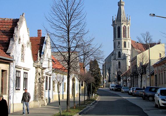 Pillanatkép a Szent Mihály utcából: itt található a Két Mór-ház - a gazdaház díszes, barokkos kapujának oszlopait mór szolgák tartják -, és látszik a Szent Mihály-templom is, mely Sopron legrégebbi plébániatemploma.