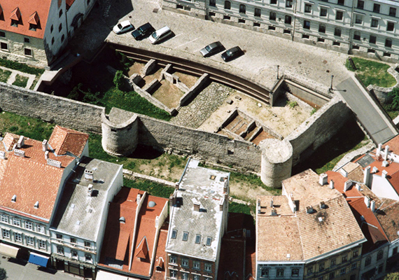 Sopronnak sosem volt saját vára, várfala azonban igen, mely egykor a belváros védelmét szolgálta. Bár klasszikus értelemben vett, középkori vára nincs a városnak, a híres Taródi-vár különleges mivolta pótolja a hiányt. Kattints ide, és tudj meg róla többet!