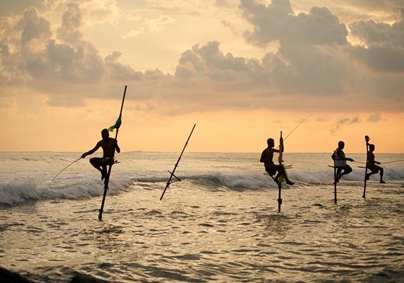 Helyi halászok hagyományos technikával makrélát és a heringet fognak a délnyugati partokon.