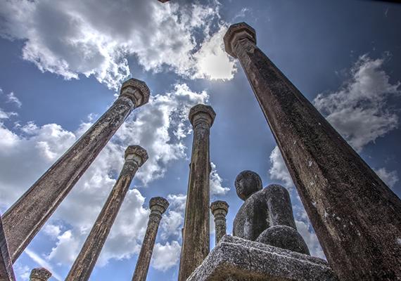 Felhők Medirigiriya ősi templomának oszlopai felett.