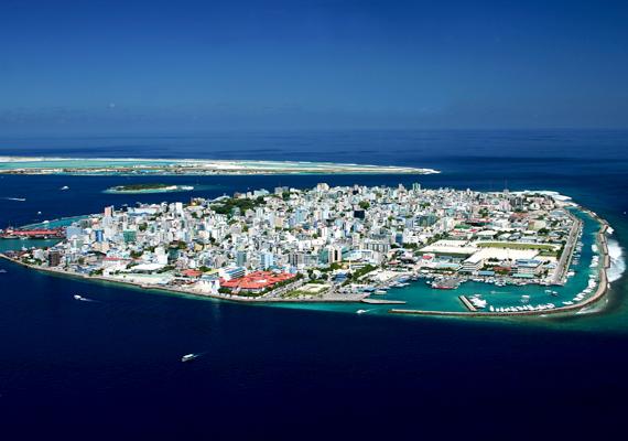 Nemcsak az Egyesült Államok partvidéki területeit fenyegeti azonban a globális felmelegedés és a tengerszint emelkedése. Az egyik leginkább kockázatos helynek a Maldív-szigetek számítanak, átlagosan ugyanis csupán 1,3 méterrel emelkednek a tenger szintje fölé. Az előrejelzések szerint könnyen lehet, hogy még a század végéig evakuálni kell a főváros, Malé összes lakóját.