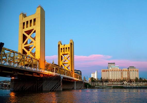 Csakúgy, mint Sacramento, Kalifornia állam fővárosa.