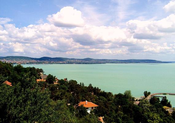 Tihanyba nem csak az Apátság miatt érdemes ellátogatni, a Balaton északi partján itt található az egyik legszebb partszakasszal rendelkező szabadstrand.