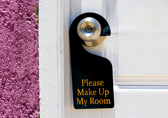 Így lesz biztonságos a szobaA szoba kiválasztását sem érdemes a véletlenre bízni, kérdezz rá részletekbe menően az adottságaira, és kérj visszaigazolást minderről, hogy odaérve ne érjen csalódás, illetve ha ér is, joggal kérhesd a probléma orvoslását. Vannak, akik úgy tartják, jobb, ha a szálloda alacsonyabb szintjein választasz szobát, bizonyos magasság fölé például nem érnek fel a hagyományos tűzoltó létrák, nem csak ilyen helyzetek veszélyeztethetik azonban a biztonságodat. A szállodákba gyakran lopóznak be csalók és tolvajok, kihasználva például az ajtóra akasztott takarításkérő táblát, mely azt jelzi, a vendég üresen hagyta a szobát. Érdemes lehet inkább a ne zavarj táblát kiakasztani, és a recepción külön kérni a takarítást, az értékesebb tárgyakat azonban ezen túlmenően is tárold a szoba széfjében.