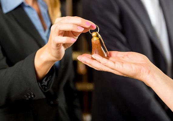 Ha valaki úgy hív fel, hogy a szálloda recepciósának adja ki magát, és arra hivatkozik, hogy csak adatokat szeretne egyeztetni - például információkat kér a bankkártyádról -, valószínűleg csalóval van dolgod. Amennyiben ilyet tapasztalsz, értesítsd azonnal a hotel vezetőjét! A módszerről ide kattintva olvashatsz bővebben.
