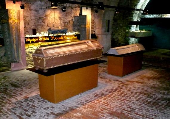 A váci Memento Mori múzeumban a Fehérek templomának egykori befalazott múmiáit lehet megnézni.