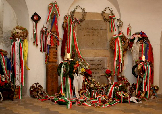 Érseki múmia és golyó által kiszakított koponyacsont: bár fontos történelmi emlékhely, a nagycenki Széchenyi Mauzóleum nem gyereknek való hely.