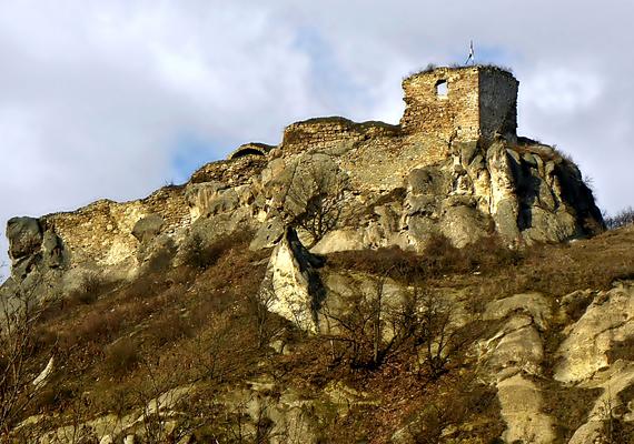 Sirok várából a legenda szerint egy őrült leány vetette magát a mélybe: alakja éjszakánként a mendemondák szerint máig itt kísért.
