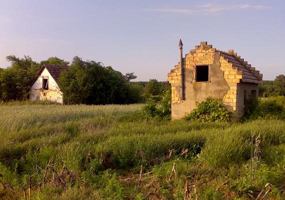 A Pápától körülbelül 22 kilométerre fekvő, Pápateszérhez tartozó Zsörknek mára egyetlen lakója sem maradt.