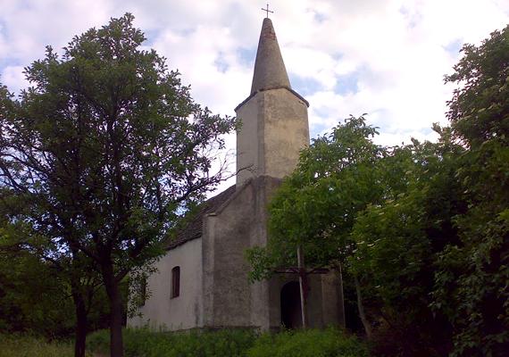 A zsörki kápolna, melyet írásos források szerint 1813-ban építettek, igazi zarándokhely a környékbeliek számára. Névadója, Szent István tiszteletére minden év augusztus 20-án benépesedik miatta a falu. 2012-ben újra is szentelték.