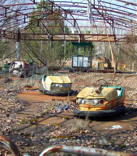 Prypiat  A Csernobiltól 16 kilométerre fekvő ukrajnai település jelenleg elhagyatottan ál, miután az atomerőmű felrobbanása után 1986-ban teljes lakosságát - mintegy 50 ezer főt - evakuálták. Prypiat ma is félelmetes látványt nyújt, egyúttal a katasztrófaturisták kedvelt célpontja. Kattints ide, ha szeretnéd tudni, hogy lehet ma eljutni Csernobilba!  Kapcsolódó cikk: Csernobil, Hirosima és Nagaszaki napjainkban »