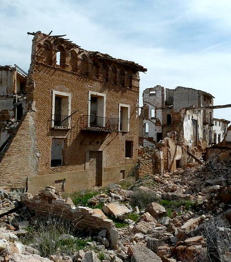 BelchiteA spanyolországi Belchite házai és utcái között a turistákon kívül ma már csak a kísértetek járnak, miután 1937-ben Franco tábornok katonái és a spanyol republikánusok a településen és környékén ütköztek meg a spanyol polgárháború során. A romokat a sötét múlt mementójaként érintetlenül hagyták.