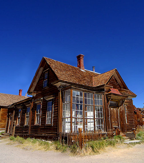 BodieAz igazi vadnyugati szellemváros az amerikai Sierra-Nevada-hegység keleti oldalán, Kaliforniában fekszik. A település az aranyláz idején rendkívül gyorsan felvirágzott, a bányák bezárásával azonban lakói fokozatosan elhagyták. A helyet ma évente 200 ezer turista keresi fel.