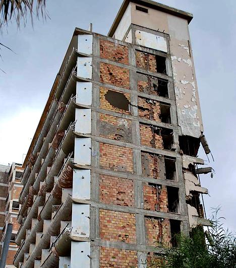 FamagustaA Ciprus északi részén található Famagusta Varosha nevű negyedét 1974-ben, a török megszállás következtében evakuálták. Az egykori fényűző turisztikai központ szállodaépületei ma is üresen tátongnak, területükre csak a török hadsereg tagjai léphetnek be.