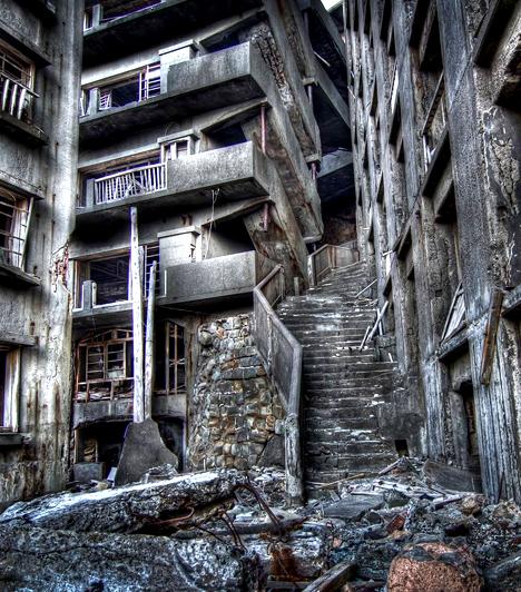 Hashima  A hashimai tengerfenék alatt a 19. században óriási szénlelőhelyeket találtak a kutatók - a szenet kitermelő bányászoknak és családjaiknak a japán Hashima-szigeten sorra építették a hatalmas betonlakhelyeket, azonban a kőolaj térnyerésével kénytelenek voltak azokat örökre elhagyni. A romokat 2009-ben nyitották meg a turisták számára.  Kapcsolódó cikk: Hátborzongató képeken a kísértetek városa »