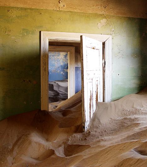 Kolmanskop  A Namíbiai-sivatagban található Kolmanskop egykor népes utcáit és házait ma a homok vette uralma alá, miután a gyémántláz idején virágzó várost fokozatosan elhagyták lakói. A kísérteties település ma engedéllyel látogatható, melyet Luderitz városában, a Sperrgebiet panzióban lehet beszerezni.  Kapcsolódó cikk: A város, melyet elevenen felfalt a homok »