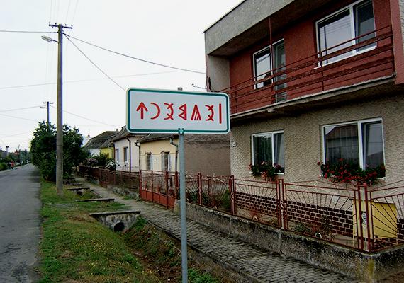 A falu kettészakítottsága később komoly nemzetközi visszhangot váltott ki történelmi abszurditása miatt, ugyanis az elkeserítő helyzet igen hosszú ideig állt fenn, a határátkelőt, melyen gyalogosok és kerékpárosok közlekedhetnek, 2005. december 23-án nyitották csak meg, véget vetve a hatvanéves szétszakítottságnak. Mivel azonban Szlovákia az Európai Unióhoz tartozik, az átjárás ma is nehézkes, ukrán oldalról például vízumot kell váltani a belépéshez.