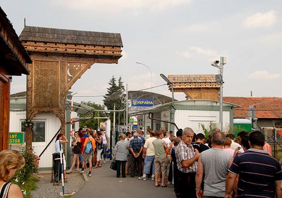 """A magyarok lakta, Sátoraljaújhelyről körülbelül ötven kilométerre található ikerfalvak közül Kisszelmenc ma Ukrajnához tartozik, Nagyszelmenc pedig Szlovákia része. """"Egy Szelmencből lett a kettő, egyesítse a Teremtő, Áldjon Isten békességgel, tartson egybe reménységgel, Mi reményünk megmarad, összeforr mi szétszakadt, Két Szelmencnek kapuszárnya, falvainkat egybezárja"""" - áll a határátkelőnél található, jelképes, kettévágott székelykapun, mely a falu, egyúttal az ott élő családok kettészakításáról emlékezik meg."""