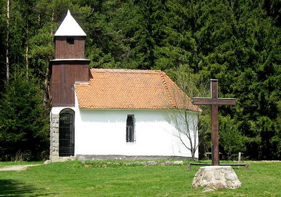 Bár a legenda valóságalapja kétséges, a tó partján valóban áll egy kápolna. Úgy tartják, aki itt imádkozik, és azt kívánja, még biztosan visszatér ide élete során.