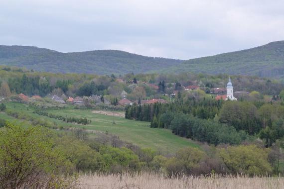 A Zempléni-hegység lábainál található icipici falvakban garantált a csend és a nyugalom. A környéken fut az Országos Kéktúra útvonala, ráadásul a Tokaji borvidék is csak egy ugrás, a képen szereplő Mogyoróskán, Regécen vagy Háromhután mégis igazán idilli, turistatömegtől még nem hangos környezetre lelhetsz.