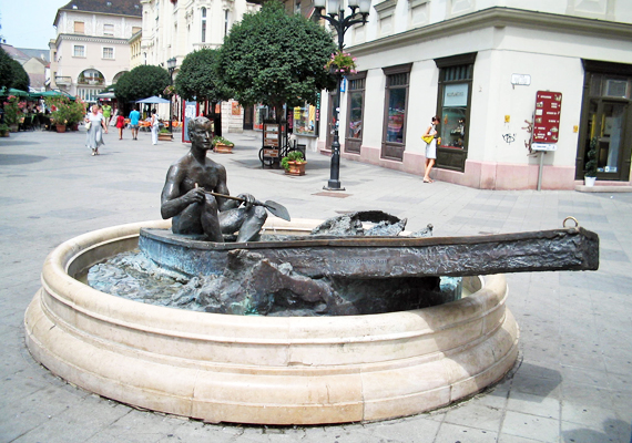 Paulikovics Iván Nosztalgia egy letűnt életkor után című alkotása, vagy, ahogyan többen ismerik, a győri csónakos szobor mindenkinek abban hoz szerencsét, amire vágyik, csupán meg kell érinteni, és közben a kívánságodra összpontosítani.