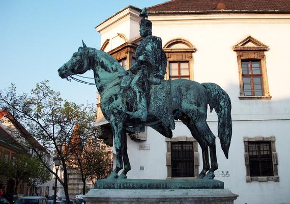 Budapesten, a várnegyedben áll Hadik András lovasszobra, melyről a Műegyetem hallgatói úgy tartják, vizsgaidőszakban szerencsét hoz. Nemcsak ők gondolják így, ehhez azonban a ló legérzékenyebb testrészét kell megérinteni.
