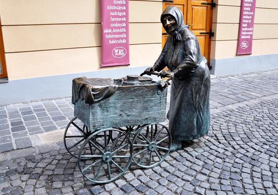 A Fertályos asszony vagy ismertebb nevén Kati néni szobra a székesfehérváriak kedvence: állítólag arra, aki megdörzsöli az idős hölgy orrát, mérhetetlenül nagy szerencse száll.
