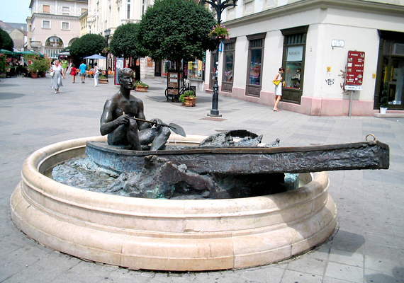 A győri csónakos szobor, vagyis Paulikovics Iván Nosztalgia egy letűnt életkor után című alkotásának megérintése állítólag szerencsét hoz a magánélet terén, szerelmet vagy éppen gyermekáldást, kinek-kinek azt, amire vágyik.