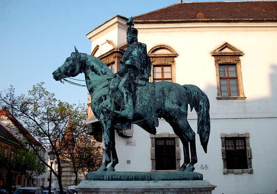 Hadik András budapesti, I. kerületi lovasszobráról az Műegyetem egykori kollégistái úgy tartották, szerencsét hoz, annak hagyománya pedig, hogy érdemes megérinteni, a mai napig él.