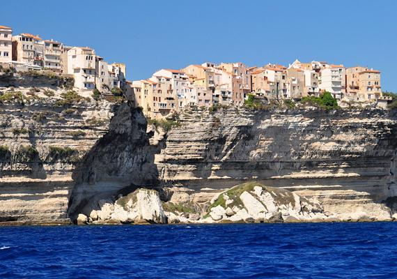 A Korzikán található Bonifacio sziklái mintegy 70 méter magasak.