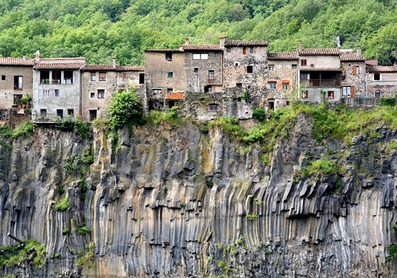 A spanyol Castellfollit de la Roca legrégebbi részei a középkorból származnak. A város egy két folyó között fekvő bazaltoromra épült.