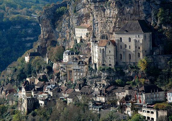 A délnyugat-franciaországi, Rocamadour nevű kis falu sziklafalra épült. Nevét Szent Amadourról kapta, aki a legendák szerint szemtanúja volt Rómában Szent Péter és Szent Pál halálának, mielőtt itt lett remete.