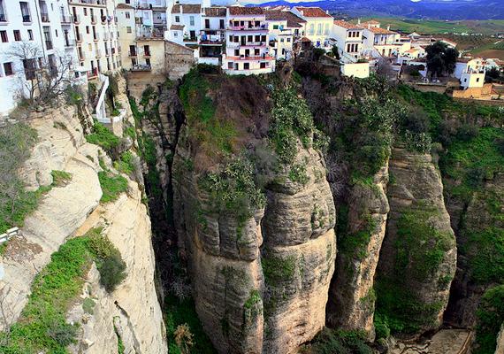 A spanyolországi Ronda 750 méteres magasságban fekszik. Amellett, hogy híres hatalmas szikláiról, ezt a várost tartják a bikaviadal szülőhelyének.