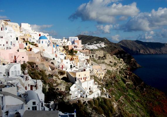 A görög Santorini annak köszönheti meredek sziklafalait, hogy egy vulkánkitörés során a sziget közepe beszakadt.