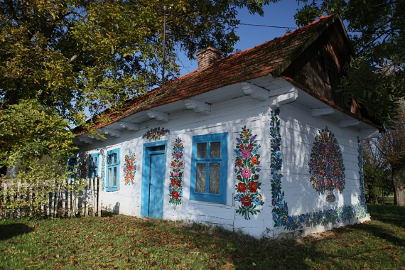 Zalipie a neve annak a bűbájos lengyel településnek, ahol a gazdák saját kezűleg pingálják ki házaikat gyönyörű, népies-rusztikus mintákkal.