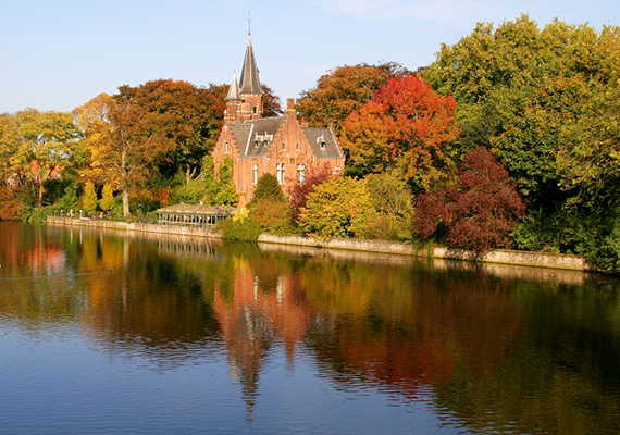A belgiumi Brugge egész évben meseszerű, hát még, ha az ősz színei is beburkolják a várost.