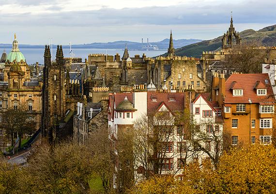 A skóciai Edinburgh ódon épületeinek komor hangulatát enyhítik a várost színeikkel átmelegítő őszi lombok.