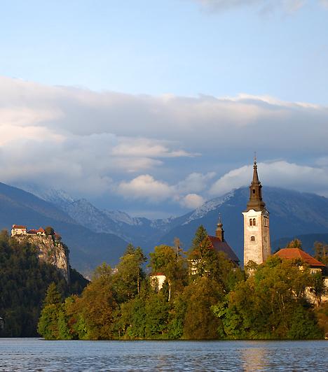 Bled  A mesébe illő, gleccservájta Bledi-tó Szlovénia észak-nyugati részén, a Júliai-Alpokban található. A tó közepén álló sziget a Nagyboldogasszony-templommal éppúgy jelképe a környéknek, mint a parton magasodó sziklaszirt, a Bledi Vár, illetve az Alpok háttérben kirajzolódó vonulatai.  Kapcsolódó cikk: Bámulatos képeken a smaragd hegyi tó »