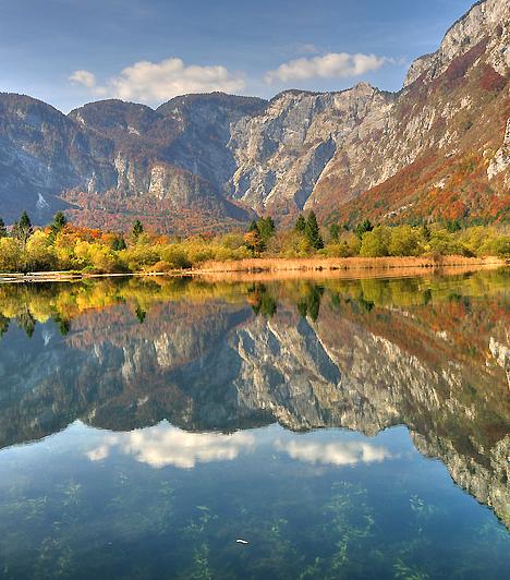 Bohinj-tó                         A legenda szerint, amikor Isten befejezte a világ megteremtését, rádöbbent, hogy megfeledkezett egy kicsi, addig csendben várakozó embercsoportról - türelmükért cserébe nekik ajándékozta a világ legszebb helyét, melyet a világ azóta is Bohinjként ismer. Az 530 méter magasságban fekvő, káprázatos Bohinj-völgy és a kristálytiszta vizű Bohinj-tó a Júliai-Alpok legvarázslatosabb helye.