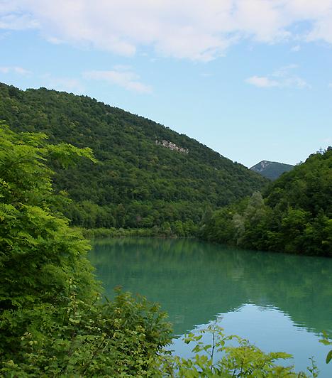 Isonzó-völgyAmilyen szomorú emlékeket őriznek az Isonzó folyó partjai, a természeti környezet éppoly magával ragadó, így nemcsak akkor érdemes elidőzni e tájon, ha háborús emlékek után kutatsz. A Júliai-Alpokban eredő folyó völgye - melyet szokás Sóhajok völgyének is nevezni - számos történelmi múzeumnak ad otthont, ugyanakkor túraútvonalakban is bővelkedik.