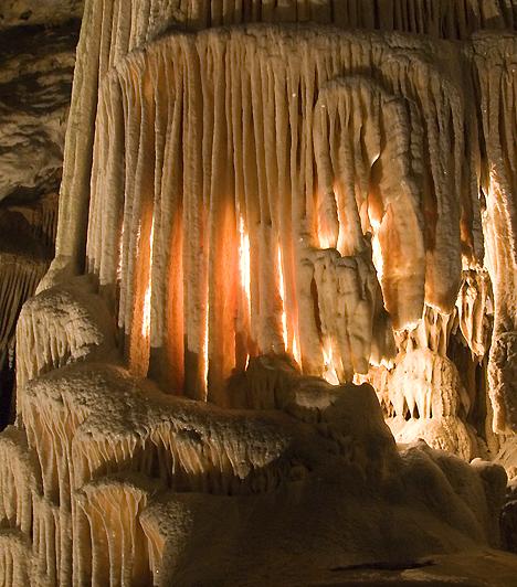 Postojnai-barlangA Ljubljanától 40 kilométerre délnyugatra fekvő Postojna a szlovén karsztvidék szívében fekszik, amit az 1800-as években feltárt híres cseppkőbarlangja is tanúsít. A barlang különlegessége, hogy a turisták kisvasúttal juthatnak el belsejébe, majd egy gyalogtúra után ismét vonatra szállva térnek vissza a felszínre.