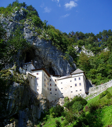 Predjama váraA Postojnai-barlangtól mindössze 9 kilométerre található Predjama festői, középkori vára elsősorban sajátos fekvésének köszönheti hírnevét, ugyanis a karszt nyílásába, egy függőleges sziklafal mélyébe építették be. A Lova-patak által még inkább mesebelivé varázsolt reneszánsz várban a történelem során az ogleji patriárkák, a Habsburgok, illetve Erazmus Lueger egyaránt megfordult.